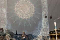 Vecchia vista della città di Tbilisi nella riflessione fotografia stock