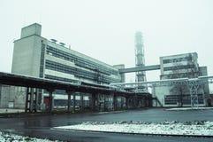 Vecchia vista della fabbrica dalla terra immagine stock