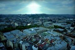 Vecchia vista di panorama della città di Leopoli in tempo nuvoloso Fotografia Stock