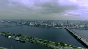 Vecchia vista di Riga dal fiume stock footage