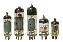 Vecchia vista frontale dei tubi radiofonici di vuoto. Immagini Stock Libere da Diritti