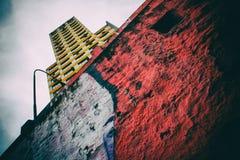 Vecchia vista gialla dell'edificio per uffici Fotografia Stock