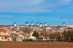 Vecchia vista spagnola dei mulini a vento, Campo de Criptana Immagine Stock Libera da Diritti