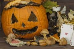 Vecchia zucca ammuffita Ricordo della celebrazione di Halloween Putrefazione sulla zucca Decorazione spaventosa del giardino di H fotografia stock libera da diritti