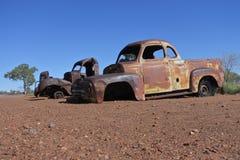 Vecchie automobili abbandonate nell'entroterra Australia di Territorio del Nord immagine stock libera da diritti