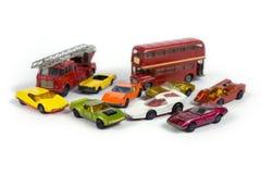 Vecchie automobili arrugginite del giocattolo su fondo bianco Immagini Stock