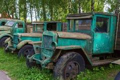 Vecchie automobili arrugginite in musei Immagine Stock