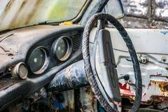 Vecchie automobili che stanno decomponendo a tempo Fotografia Stock Libera da Diritti