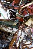 Vecchie automobili d'arrugginimento in iarda di roba di rifiuto Immagine Stock