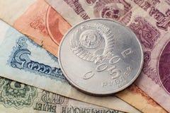 Vecchie banconote sovietiche e cinque rubli immagine stock libera da diritti