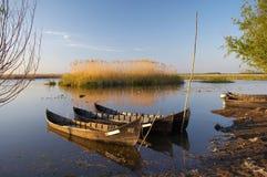 Vecchie barche al delta del Danubio immagini stock