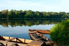 Vecchie barche al fiume della Tisza, Ungheria Fotografia Stock Libera da Diritti