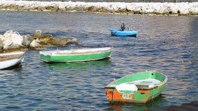 Vecchie barche di legno che galleggiano sul mare vicino al golfo di Napoli, trasporto dell'acqua stock footage