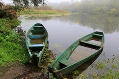 Vecchie barche di legno sul fiume Immagine Stock