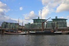 Vecchie barche ed architettura contemporanea - Londra - il Regno Unito immagini stock
