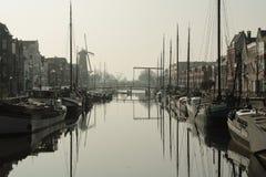 vecchie barche in un porto a Rotterdam fotografia stock