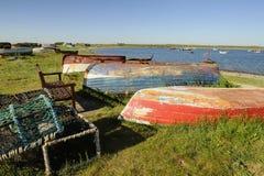 Vecchie barche variopinte rovesciate Immagine Stock Libera da Diritti
