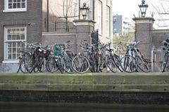 Vecchie biciclette a Amsterdam Immagini Stock