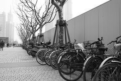 Vecchie biciclette in Cina inquinante immagini stock libere da diritti