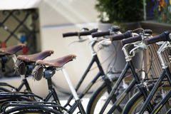 Vecchie biciclette parcheggiate sulla via Fotografia Stock Libera da Diritti