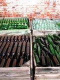 Vecchie bottiglie in casse Immagini Stock Libere da Diritti