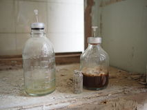 Vecchie bottiglie del farmaco Immagini Stock