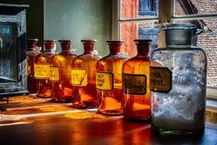 Vecchie bottiglie della farmacia immagine stock