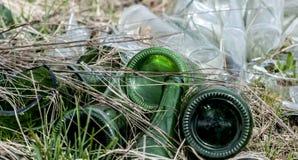 Vecchie bottiglie di vetro, inquinamento Immagine Stock