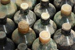 Vecchie bottiglie di vetro polverose e sporche Fotografia Stock Libera da Diritti