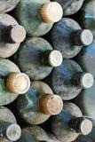 Vecchie bottiglie di vetro polverose e sporche Fotografie Stock Libere da Diritti