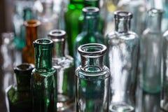 Vecchie bottiglie di vetro vuote, foto del primo piano Fotografie Stock