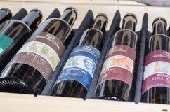 Vecchie bottiglie di vino con differenti etichette Immagini Stock