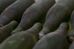 Vecchie bottiglie di vino dell'archivio Fotografia Stock
