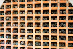Vecchie bottiglie di vino polverose impilate nella cantina Fotografie Stock