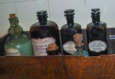 Vecchie bottiglie storiche della farmacia Fotografia Stock