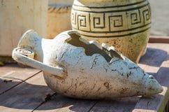 Vecchie brocche dell'argilla su una tavola di legno Fotografia Stock