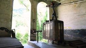 Vecchie cabine arrugginite e di funzionamenti sovietiche della cabina di funivia o del ropeway in Chiatura stock footage