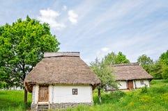 Vecchie Camere bianche con i tetti ricoperti di paglia Fotografie Stock