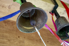 Vecchie campane di chiesa d'ottone in una torre legata con i nastri colorati Immagine Stock Libera da Diritti