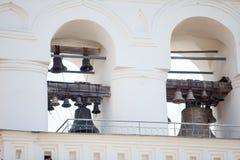 Vecchie campane di chiesa russe del ferro in chiesa ortodossa Immagine Stock