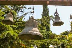 Vecchie campane di chiesa tradizionali gemellate Immagini Stock Libere da Diritti