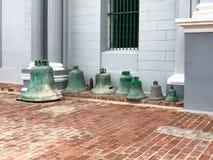 Vecchie campane sulla pavimentazione Turismo in Cuba fotografie stock