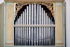 Vecchie, canne d'organo d'argento in una chiesa usata per il gioco della musica sacra Molti tubi di aria, tubi sani nella cattedr fotografie stock libere da diritti