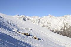 Vecchie capanne del pascolo nel fondo scenico di inverno Fotografie Stock Libere da Diritti