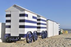 Vecchie capanne variopinte della spiaggia Fotografie Stock