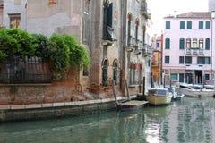Vecchie casa e barche a Venezia Immagini Stock