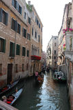 Vecchie casa e barche a Venezia Fotografia Stock