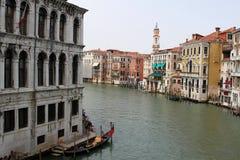 Vecchie casa e barche a Venezia Immagine Stock
