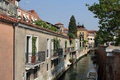Vecchie casa e barche a Venezia Fotografie Stock