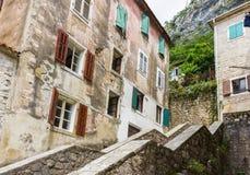 Vecchie casa e facciata Mediterranee nella città di Cattaro, Montenegro Pareti di costruzione, finestre con aperto e chiuso Fotografie Stock Libere da Diritti
